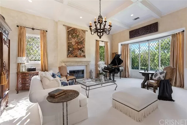 Living Room 5374 Wellesley Dr Calabasas, CA 91302